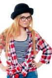 Adolescente joven en sombrero negro, vidrios y ropa colorida Foto de archivo