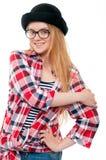 Adolescente joven en sombrero negro, vidrios y ropa colorida Fotografía de archivo