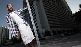 Adolescente joven en un ambiente urbano Imagen de archivo