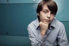 Adolescente joven en un fondo azul abstracto Imágenes de archivo libres de regalías