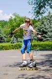 Adolescente joven en un parque del patín Foto de archivo