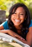 Adolescente joven en una hamaca Foto de archivo
