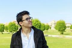 Adolescente joven feliz con desgaste del ojo en el jardín Fotografía de archivo