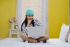 Adolescente joven feliz con el ordenador portátil Fotos de archivo libres de regalías