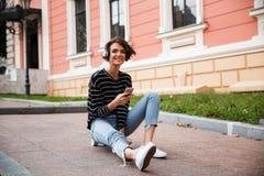 Adolescente joven feliz con los auriculares Fotos de archivo