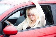 Adolescente joven feliz en su nuevo coche rojo Fotografía de archivo libre de regalías
