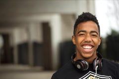 Adolescente joven feliz que escucha la música Imagen de archivo