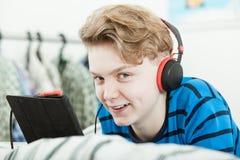 Adolescente joven feliz que se relaja con su música Fotos de archivo