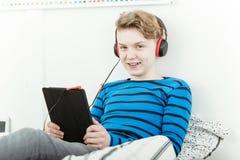 Adolescente joven feliz que se relaja con su música Imagen de archivo libre de regalías