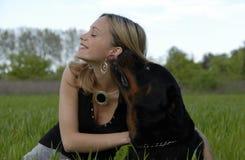 Adolescente joven feliz y su perro Foto de archivo libre de regalías