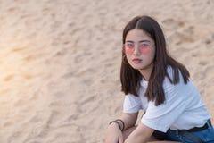 Adolescente joven femenino hermoso asiático que se relaja en la playa detrás Fotografía de archivo libre de regalías