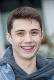 Adolescente joven hermoso con los apoyos dentales Foto de archivo