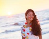 Adolescente joven hermoso con un vestido blanco en la playa en los soles Foto de archivo libre de regalías