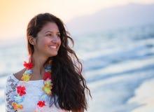 Adolescente joven hermoso con un vestido blanco en la playa en los soles Imagen de archivo libre de regalías