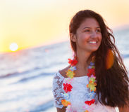 Adolescente joven hermoso con un vestido blanco en la playa en los soles Fotos de archivo