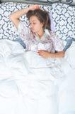 Adolescente joven hermoso que duerme en cama Imagen de archivo libre de regalías