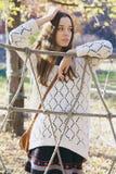 Adolescente joven hermoso que presenta cerca de una cerca de la cuerda Imagen de archivo