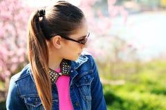 Adolescente joven hermoso que presenta en fondo de la primavera Fotografía de archivo