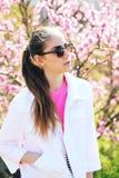 Adolescente joven hermoso que presenta en fondo de la primavera Imagen de archivo