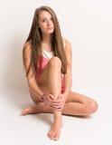 Adolescente joven hermoso que se sienta en la tierra Fotos de archivo libres de regalías