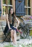 Adolescente joven hermoso que se sienta en una silla en un g hermoso Fotos de archivo libres de regalías