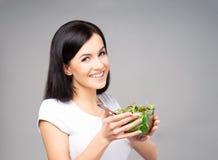 Adolescente joven, hermoso y sano con un cuenco de s verde Fotografía de archivo