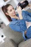 Adolescente joven lindo del retrato con la cámara de la foto Foto de archivo libre de regalías