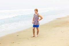 Adolescente joven lindo en la playa Fotografía de archivo
