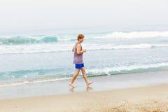 Adolescente joven lindo en la playa Imágenes de archivo libres de regalías