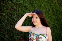 Adolescente joven mirando algo al aire libre Fotos de archivo