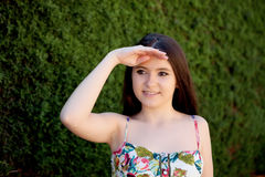 Adolescente joven mirando algo al aire libre Fotografía de archivo