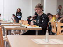 Adolescente joven que almuerza en el restaurante en Animefest Fotografía de archivo