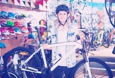 Adolescente joven que busca la nueva bici del deporte Imagen de archivo