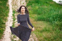 Adolescente joven que camina en la naturaleza Fotografía de archivo
