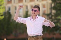 Adolescente joven que celebra un éxito Foto de archivo libre de regalías
