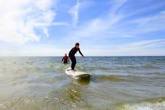 adolescente joven que consigue lecciones de la resaca el vacaciones Foto de archivo libre de regalías