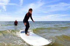 adolescente joven que consigue lecciones de la resaca el vacaciones Imagen de archivo