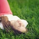 Adolescente joven que descansa sobre hierba Fotografía de archivo libre de regalías
