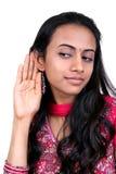 Adolescente joven que escucha. Foto de archivo
