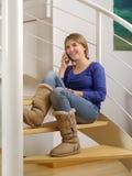 Adolescente joven que habla en su smartphone Foto de archivo libre de regalías