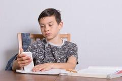 Adolescente joven que hace su preparación Foto de archivo libre de regalías
