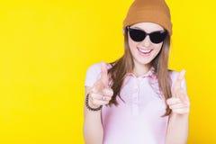 Adolescente joven que lleva un sombrero y las gafas de sol Foto de archivo