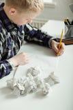 Adolescente joven que lucha para terminar la preparación Fotos de archivo