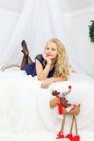 Adolescente joven que miente en cama Fotografía de archivo libre de regalías