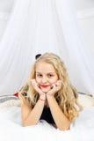 Adolescente joven que miente en cama Foto de archivo