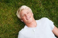 Adolescente joven que miente en hierba Foto de archivo libre de regalías