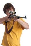 Adolescente joven que mira el throug una vista del rifle Fotografía de archivo libre de regalías