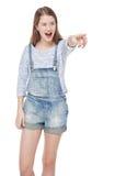Adolescente joven que muestra en algo por el finger y que grita Fotografía de archivo