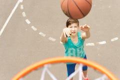 Adolescente joven que practica su baloncesto Foto de archivo libre de regalías
