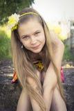 Adolescente joven que presenta con una sonrisa linda Imagenes de archivo